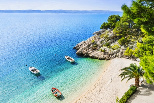 schöner Strand in der Nähe der Stadt Brela in Dalmatien, Kroatien