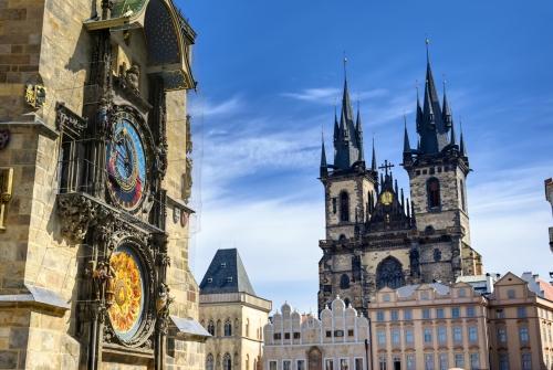 die Astronomische Uhr am Alten Rathaus und die Frauenkirche vor dem Teyn in Prag, Tschechische Republik