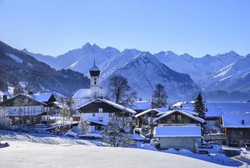 verschneites Schöllang bei Oberstdorf im Oberallgäu, Deutschland