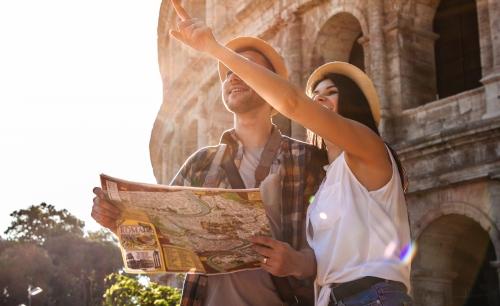 Touristen vor dem Colosseum in Rom, Italien
