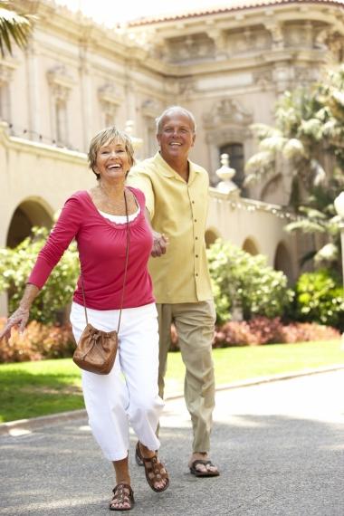 älteres Paar das durch mediterrane Stadt flaniert