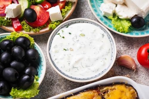 Tzatziki-Sauce und traditionelle griechische Gerichte