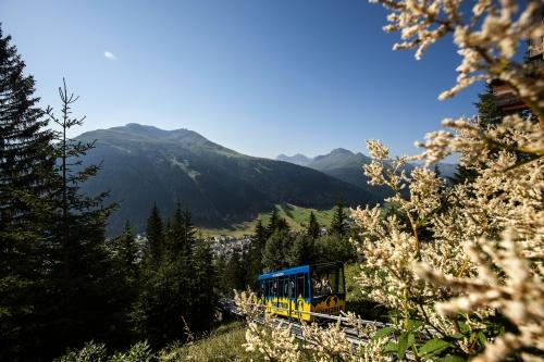 direkt von der Davoser Promenade auf die Schatzalp mit der Schatzalp-Bahn, Schweiz