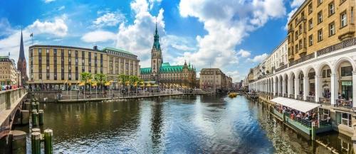 die Alsterarkaden und das Hamburger Rathaus an der Kleinen Alster, Deutschland