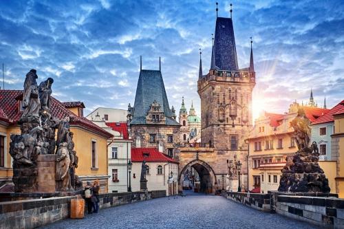 Sonnenaufgang auf der Karlsbrücke in Prag, Tschechien