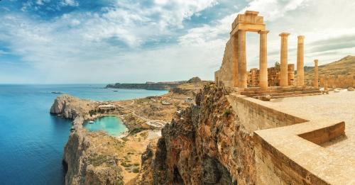 Berühmte Touristenattraktion - Akropolis von Lindos. Antike Architektur in Griechenland. Reiseziele von Rhodos-Insel