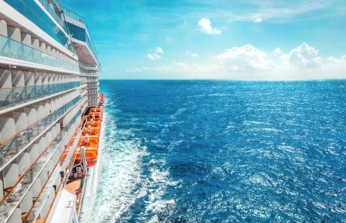 Seitenansicht eines Kreuzfahrtschiffes