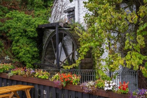 Wasserrad am Eingang zum Dorf Polperro in Cornwall, Vereinigtes Königreich