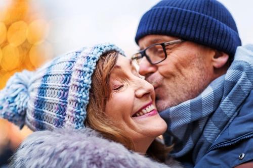 älteres Paar zur Weihnachtszeit