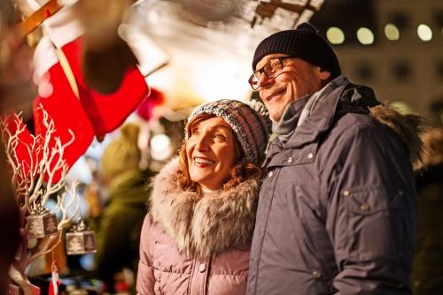 älteres Paar auf dem Weihnachtsmarkt