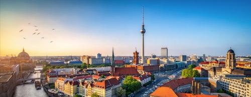 Skyline von Berlin mit Nikolaiviertel, Berliner Dom und Fernsehturm, Deutschland
