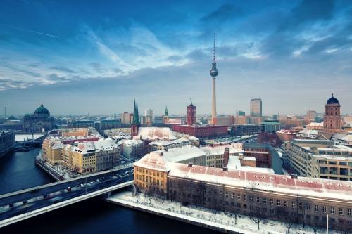 winterliche Skyline von Berlin mit Nikolaiviertel, Berliner Dom und Fernsehturm, Deutschland