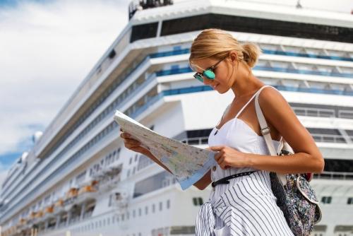 Touristin vor Kreuzfahrtschiff