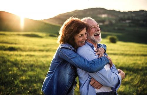 älteres Paare in der Frühlingsnatur bei Sonnenuntergang