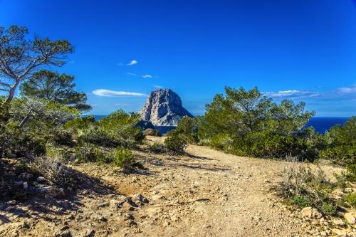 Es Vedrà: eine Insel der Balearen, nur wenige hundert Meter vor der Westküste von Ibiza, Spanien
