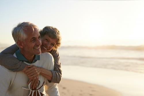 älteres Paar, das Spaß am Strand hat