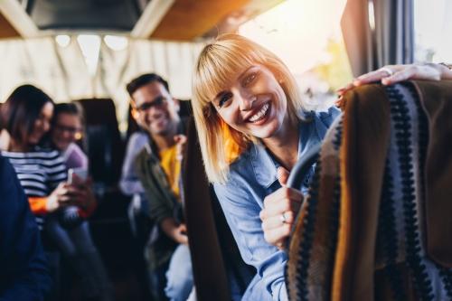 glückliche Passagiere, die mit dem Bus reisen