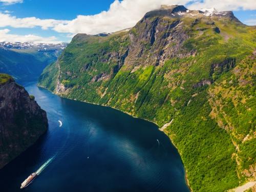 Schiff im Geirangerfjord in Norwegen