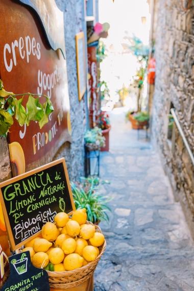 Weidenkorb voller Zitronen auf der italienischen Straße von Corniglia