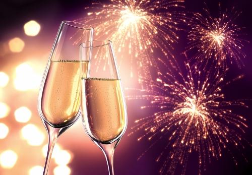 Champagnergläser mit Feuerwerk