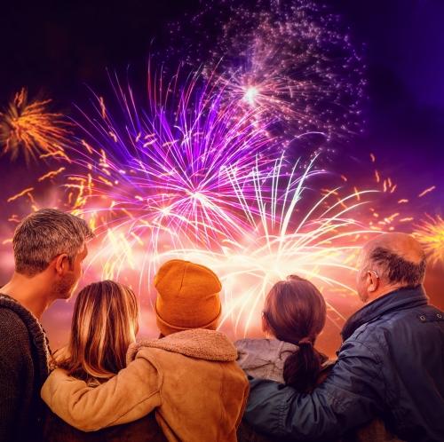 Familie schaut sich Feuerwerk an
