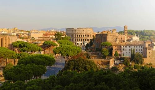 Panoramablick auf das Kolosseum und Forum Romanum in Rom