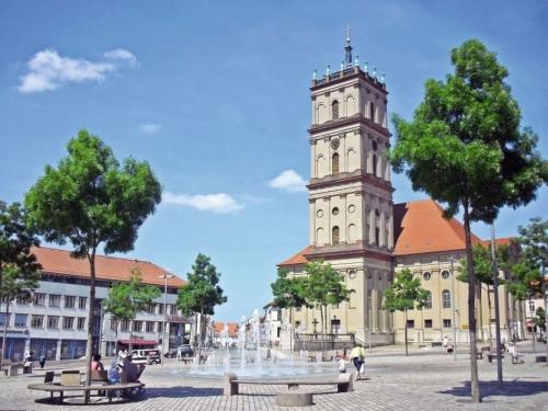 Marktplatz von Neustrelitz mit Blick auf die Stadtkirche