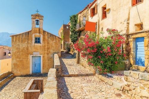 Typische Kirche in kleinen korsischen Dorf Sant 'Antonino,Korsika,Frankreich