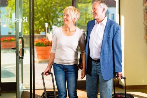 Senior Ehepaar im Hotel ankommen