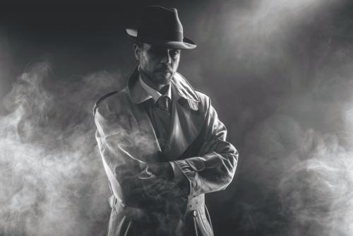 Mysteriöser Mann im Nebel warten