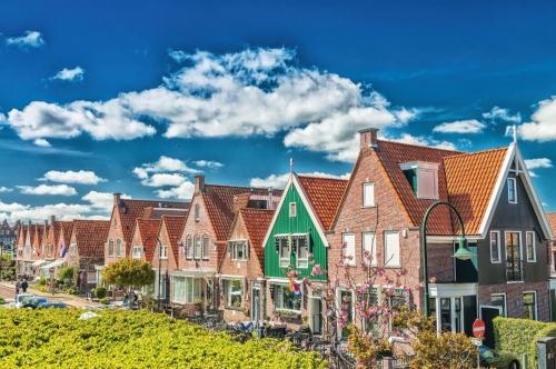 Volendam,Niederlande. Klassische Häuser entlang Stadtstraße ausgerichtet
