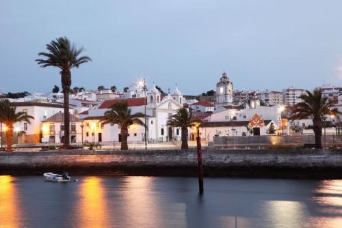 Stadt Lagos in der Abenddämmerung,Algarve Portugal