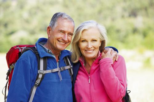 Portrait der älteren Paare, die auf Wanderung