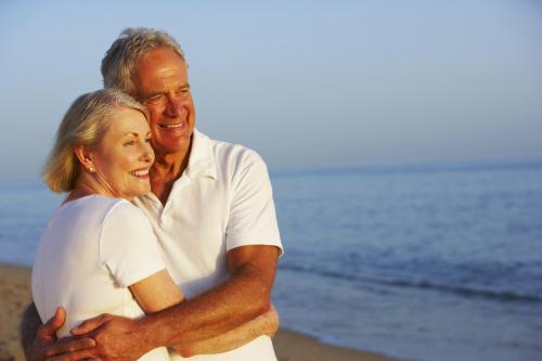 Genießen Seniorenpaar Strand-Feiertag
