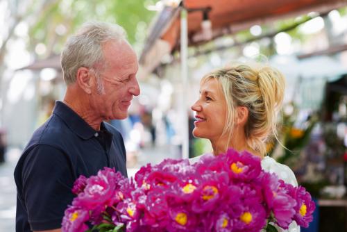 verliebtes paar auf dem markt kauft blumen