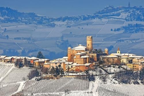 Kleine italienische Stadt auf dem Hügel.