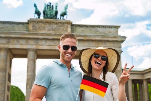 Glückliches Paar-Holding Deutsche Flagge