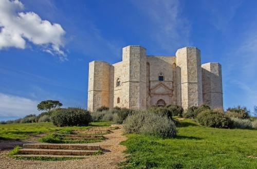 Treppe führt zum Castel Del Monte
