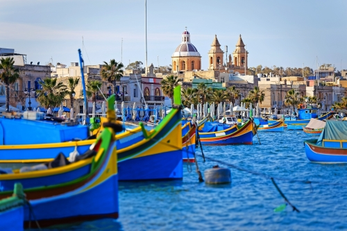Luzzu verankert im Hafen von Marsaxlokk