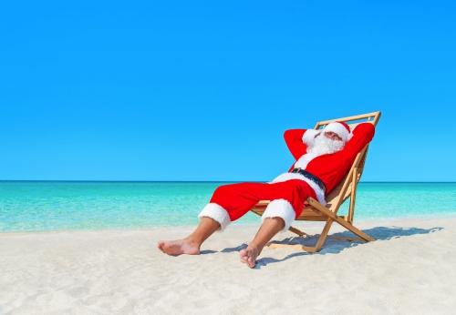 Weihnachten Weihnachtsmann ruht auf Liegestuhl am Meer tropischen bea