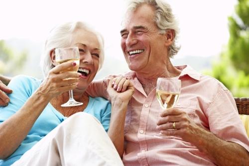 Älteres Paar am Wein trinken