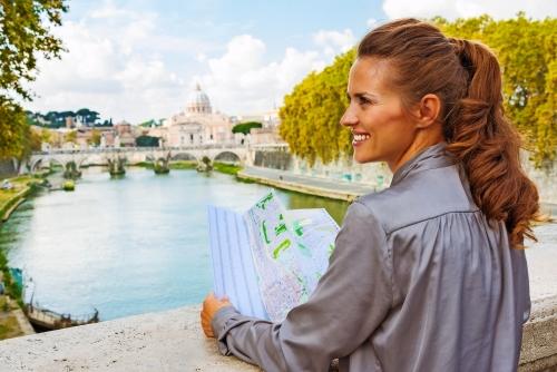 Profil der lächelnden Frau, die Karte in Rom am Tiber