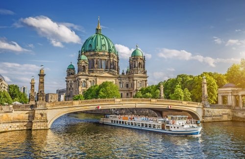 Spreerundfahrt vor dem Berliner Dom, Deutschland