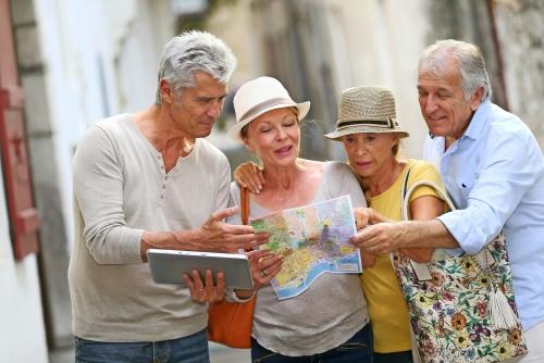 Gruppe ältere Menschen auf Reisen in Europa