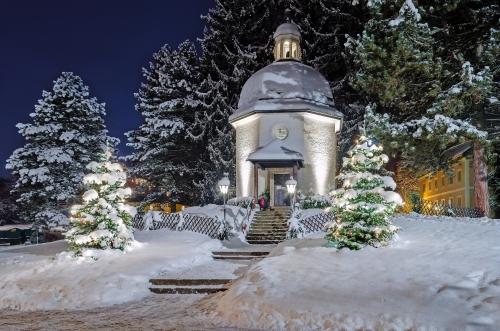winterliche Stille Nacht Kapelle in Oberndorf bei Salzburg, Österreich