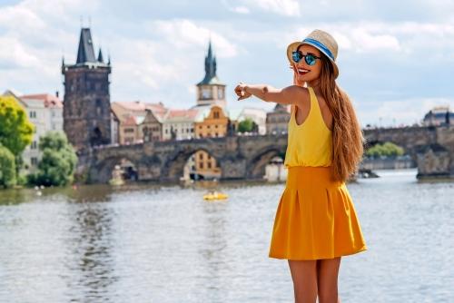 Junge weibliche Touristen genießen einen herrlichen Blick auf die Altstadt von Prag.