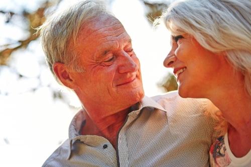 Glckliches Paar Senioren blickt verliebt