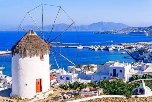 Blick auf Mykonos und die berühmte Windmühlen, Griechenland