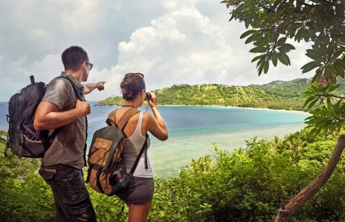 Reisende mit Rucksäcken auf Bali