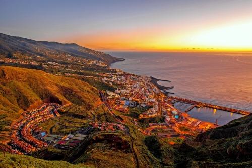 Luftaufnahme auf beleuchtete Santa Cruz Stadt auf der Dämmerung auf La Palma Insel in Spanien